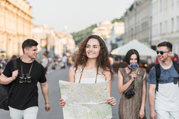Amigos explorando la ciudad con un mapa