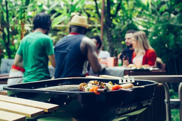 Amigos felices con fiesta de barbacoa en la naturaleza. Foto Premium