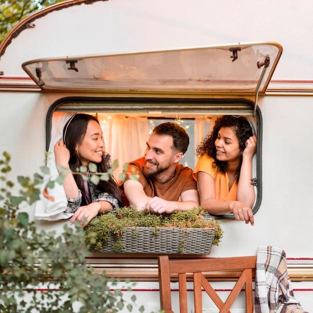 Amigos hablando por la ventana Foto gratis