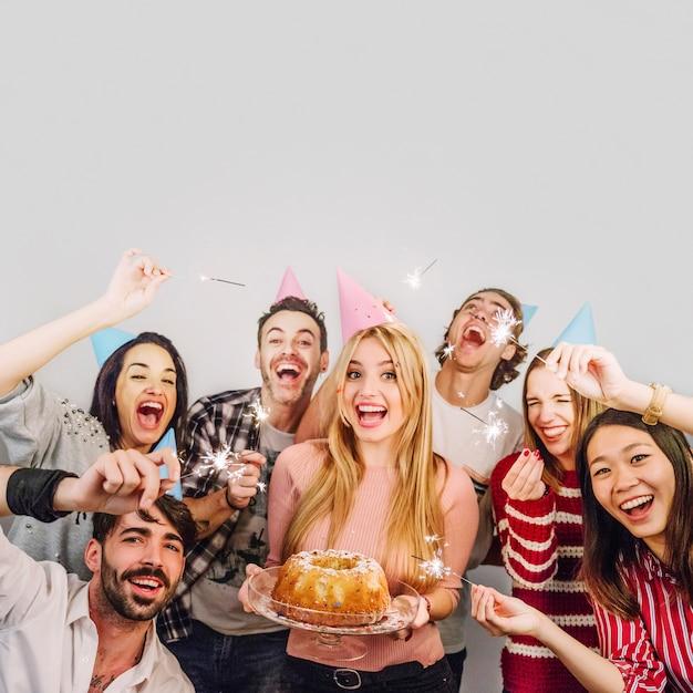 Amigos jóvenes con tarta de cumpleaños Foto Premium
