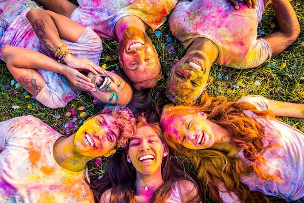 Amigos jugando con holi en polvo Foto Premium