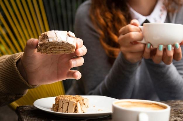 Amigos juntos en la cafetería con dulces Foto gratis