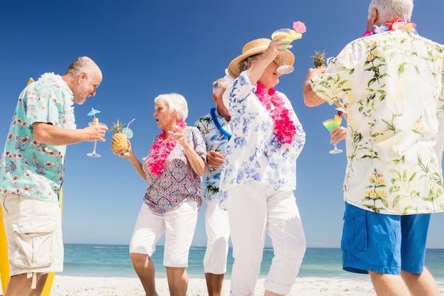 Amigos mayores bebiendo cócteles Foto Premium
