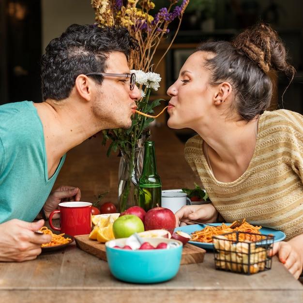 Amigos y pareja cenando sesión Foto Premium