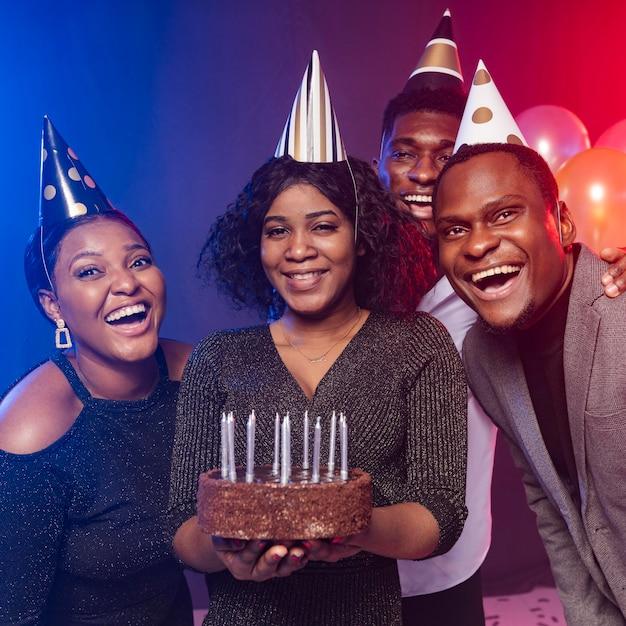 Amigos y pastel de feliz cumpleaños Foto gratis