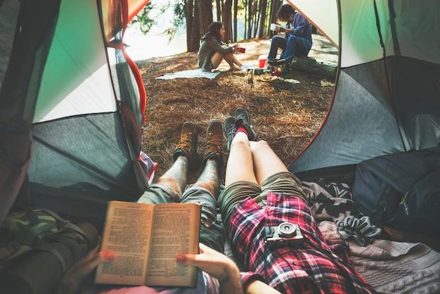 Amigos que acampan relajan el concepto del fin de semana de vacaciones Foto Premium
