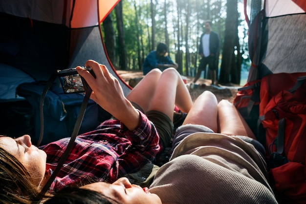 Amigos que acampan relajan concepto del fin de semana de vacaciones Foto Premium