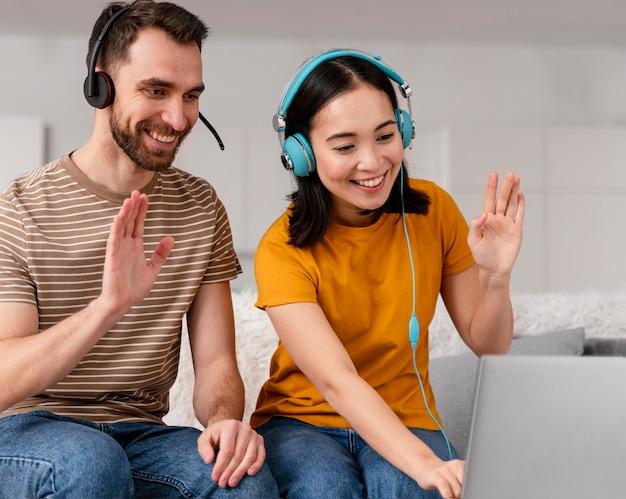 Amigos que asisten a clases en línea juntos Foto gratis