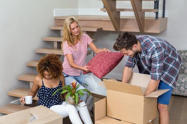 Amigos que ayudan a mudarse a una casa nueva Foto Premium