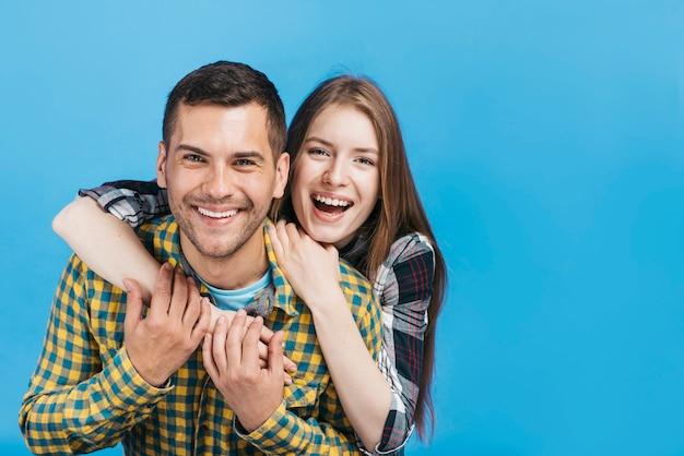 Amigos siendo felices con espacio de copia Foto gratis