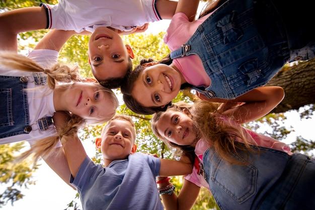 Amigos sonriendo juntos en un círculo Foto gratis