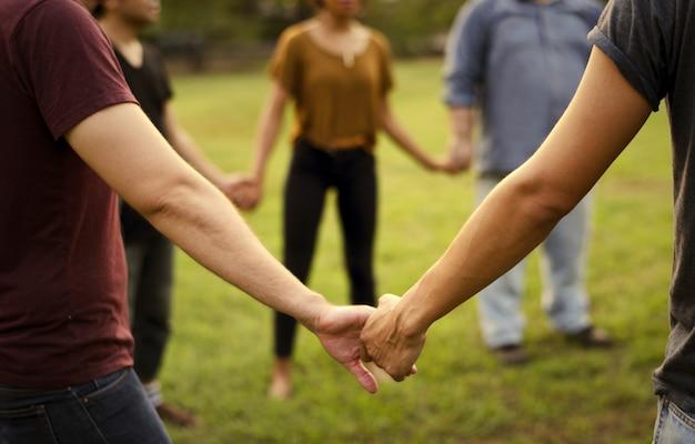 Amigos de todas las edades tomados de la mano. Foto Premium