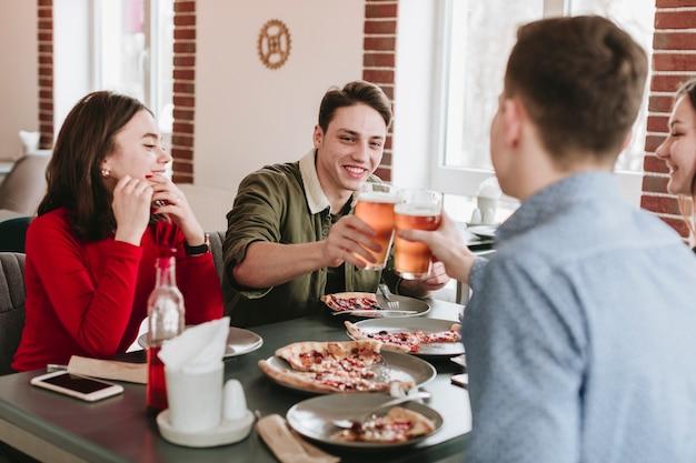 Amigos tomando cerveza en un restaurante Foto gratis
