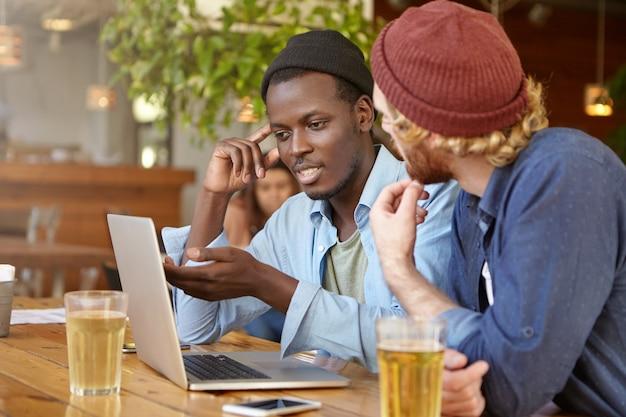 Amigos trabajando juntos en un pub Foto gratis