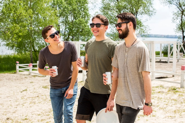 Amigos varones divirtiéndose con cerveza Foto gratis
