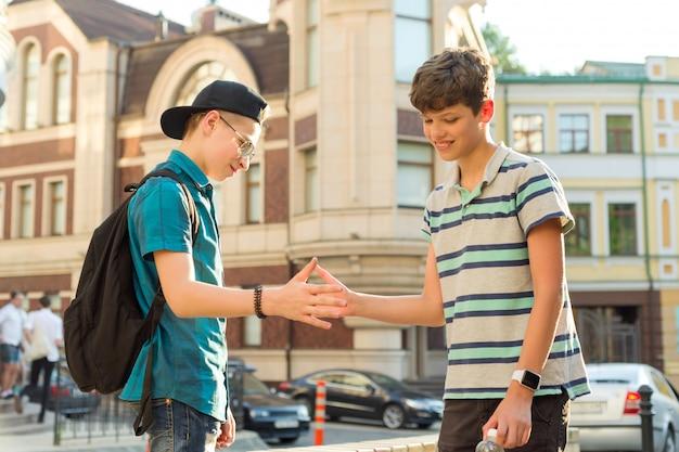 La amistad y la comunicación de dos adolescentes. Foto Premium