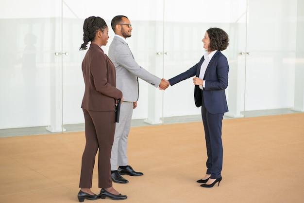 Amistosos colegas de negocios saludándose Foto gratis