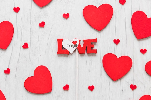 Amor Escribiendo Entre Corazones Pequeños Y Grandes Descargar