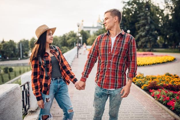 Amor pareja de turistas tomados de la mano Foto Premium