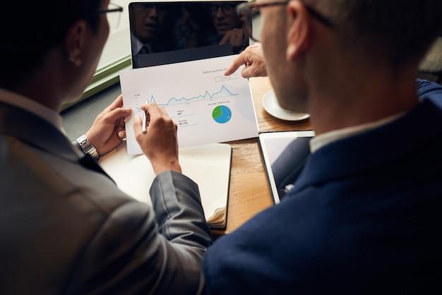 Analizando gráfico de negocios Foto gratis