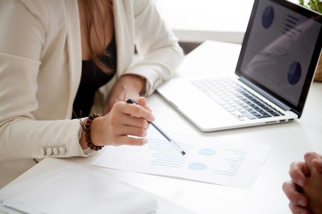 Analizando el nuevo plan de marketing y el concepto de estadísticas de ventas, de cerca Foto gratis