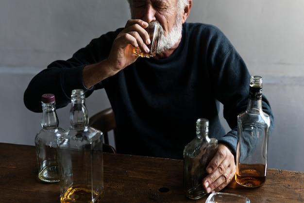 Resultado de imagen de anciano tomando alcohol