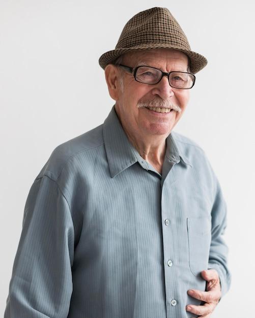 Anciano sonriente con gafas Foto gratis