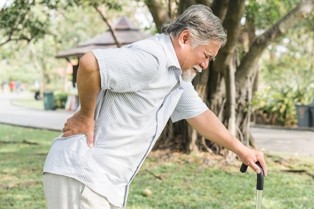 Ancianos asiáticos con dolor en la espalda. Foto Premium