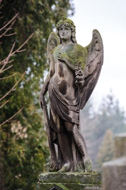 Ángel triste en la tumba Foto Premium