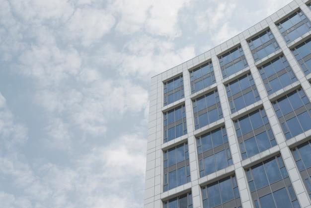 Bajo ángulo de construcción de la empresa. Foto gratis