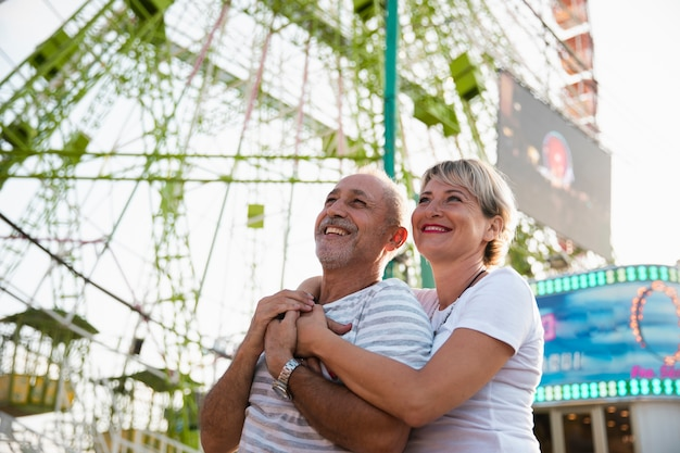 Ángulo bajo feliz pareja abrazándose Foto gratis