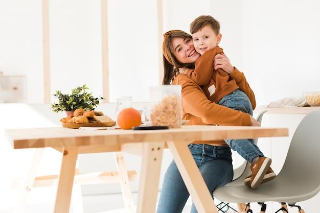 Ángulo bajo madre abrazando a su hijo Foto gratis