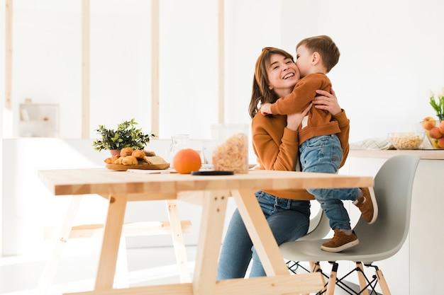 Ángulo bajo mamá jugando con hijo Foto gratis