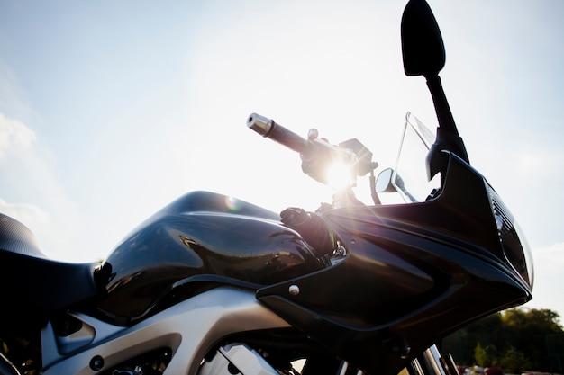 Bajo ángulo de moto en el sol Foto gratis