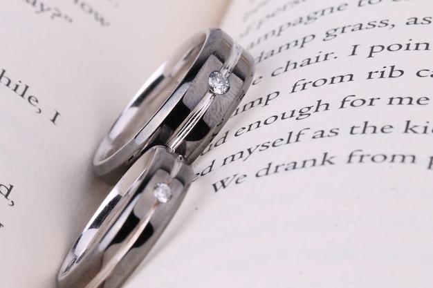 Anillo de pareja en el libro   Descargar Fotos premium