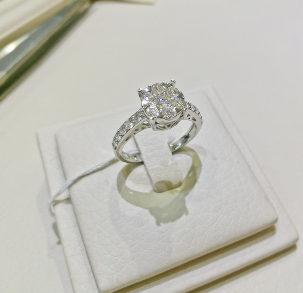 a299057d24db Anillo de plata del diamante de la boda de lujo hermoso