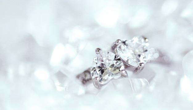 Anillo de diamantes Foto gratis