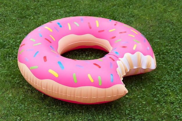 Anillo de natación inflable en forma de donut en la hierba Foto Premium