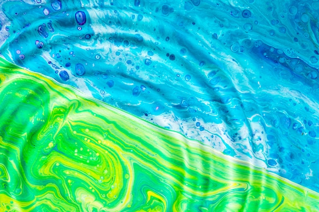 Anillos de agua de primer plano en superficie verde y azul Foto gratis