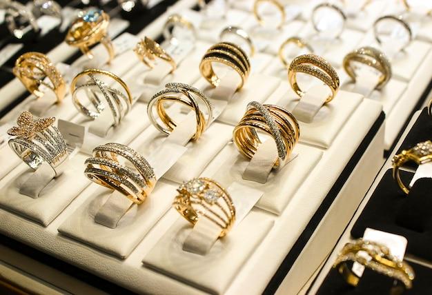 db30b0d72cff Anillos de oro con diamantes y otras joyas de piedras preciosas para  mujeres en el mercado del oro.