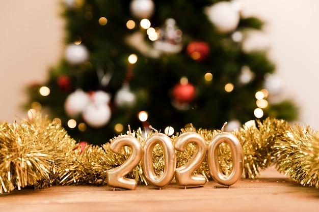 Año nuevo 2020 muestra de oro en la mesa Foto gratis