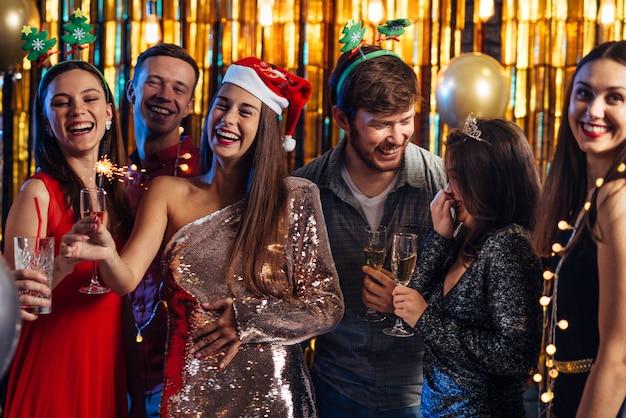 Año nuevo. grupo de personas celebrando la fiesta de navidad. Foto Premium