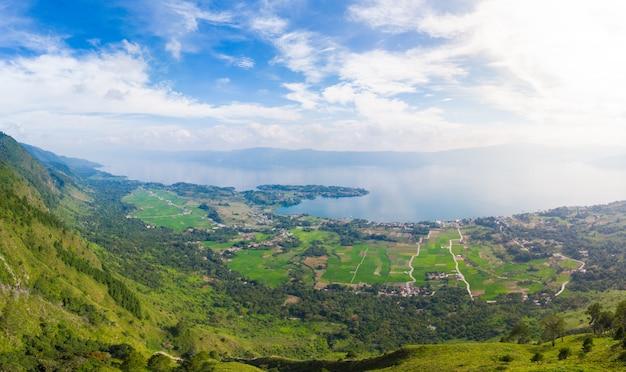 Antena: lago toba y la isla de samosir vista desde arriba de sumatra, indonesia. Foto Premium