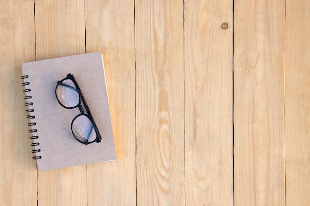 67de3bbd5a Anteojos en el diario sobre la mesa de madera de color marrón   Descargar  Fotos premium