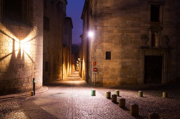 Antigua calle estrecha de la ciudad europea. girona Foto gratis