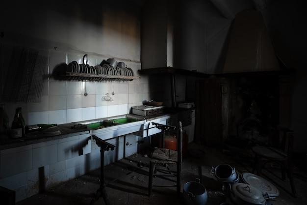 Antigua Cocina Oscura En Una Casa Abandonada Foto Premium