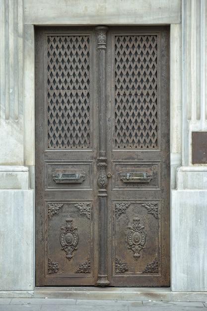 Antigua puerta de metal descargar fotos gratis for Fotos de puertas de metal
