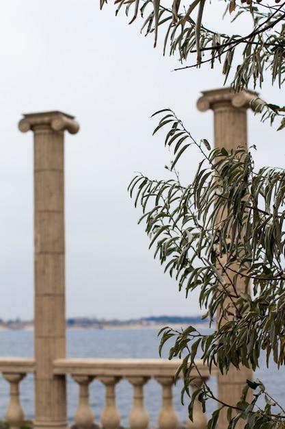 Antiguas columnas junto al mar. Foto Premium