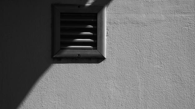 Antiguo sistema de ventilación en pared de cemento blanco. Foto Premium
