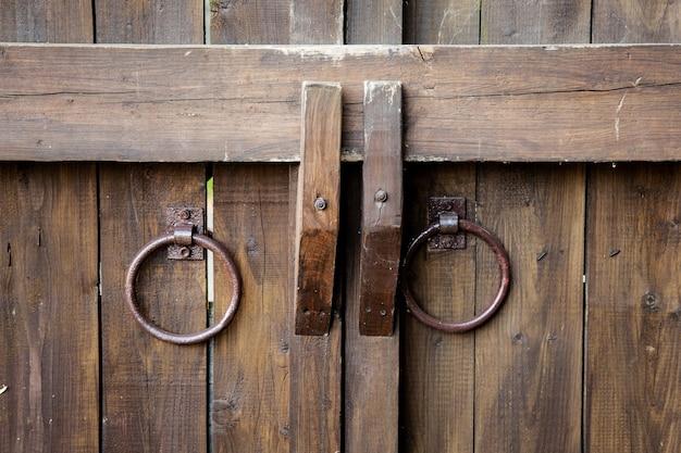 Antiguos corrales en forma de anillos de metal. Foto Premium